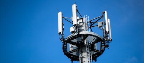 Ein Mast mit verschiedenen Antennen von Mobilfunkanbietern