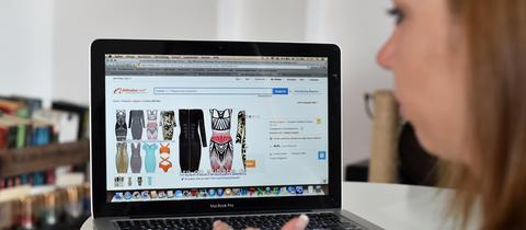 Eine Frau surft auf einer Internetseite des chinesischen Unternehmens Alibaba