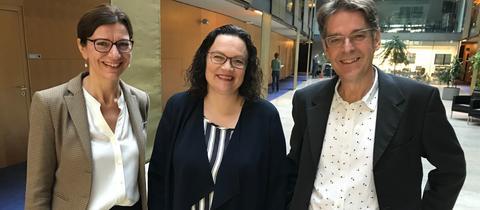 SPD-Vorsitzende Andrea Nahles (m.) mit hr-iNFO-Programmleiterin Katja Marx und Hauptstadtkorrespondent Andreas Reuter
