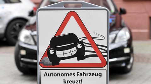 "Verkehrsschild mit der Aufschrift ""Autonomes Fahrzeug kreuzt"""