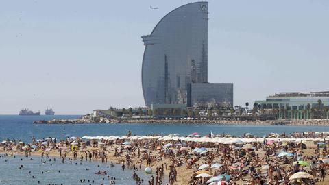 Urlauber am Strand von Barcelona