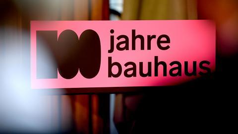 """Rosa Banner mit Schriftzug """"100 jahre bauhaus"""""""