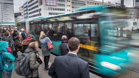 Bus hält an einer Bushaltsestelle an der Konstablerwache in Frankfurt
