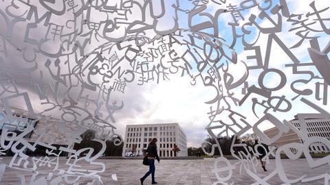 Der Campusplatz der Goethe-Uni im Westend, aufgenommen aus der Skulptur Body of Knowledge heraus
