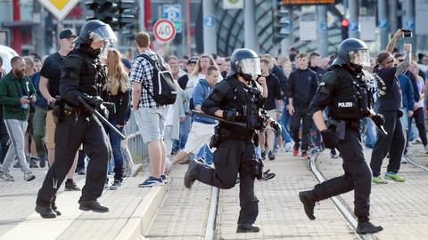 Polizisten laufen nach dem Abbruch des Stadtfestes Chemnitz über eine Straße.