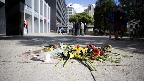 Blumen wurden in der Brückenstraße niedergelegt. Nach einer Messerstecherei, weniger Meter abseits des Stadtfest, erlag eine Person ihren Verletzungen. Zwei weitere wurden schwer verletzt.