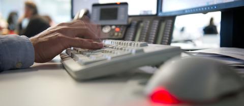 Ein Mann tippt auf einer Tastatur