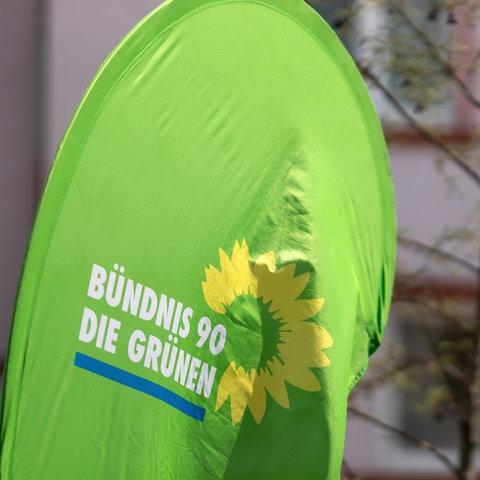 Fahne mit dem Logo der Grünen