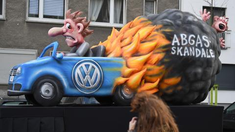 Ein Karnevals-Wagen zum Thema VW-Abgasskandal