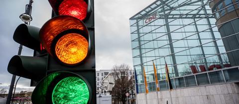 Symbolbild: Vor der CDU-Zentrale leuchtet eine Ampel rot, gelb und grün.