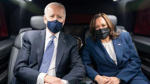 Joe Biden und Kamala Harris sitzen gemeinsam im Auto