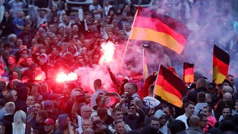 Demonstranten und Polizei in Chemnitz