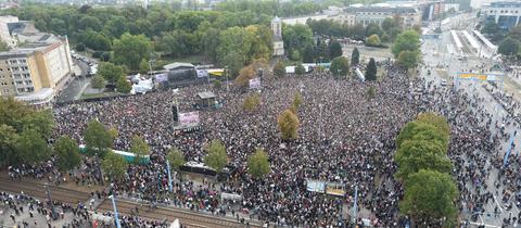 Ein Blick von oben auf die Zuschauermenge beim #wirsindmehr-Konzert.