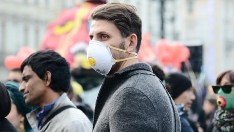 Sujetbild: Ein Mann in Turin trägt eine Atemschutzmaske.