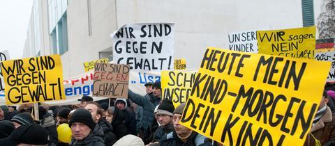 Eine Berliner Demonstration nach der angeblichen Vergewaltigung eines 13-jährigen Mädchens.
