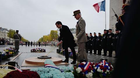 Emmanuel Macron am Grab des unbekannten Soldaten.