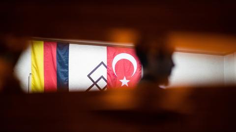 Die deutsche und die türkische Fahne hängen in einem türkischen Café.