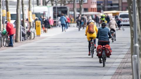 Ein paar Fahrräder fahren durch die Innenstadt in Mainz