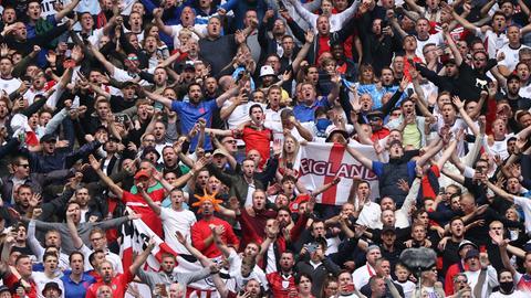 Englische Fans feiern im Wembley-Stadion