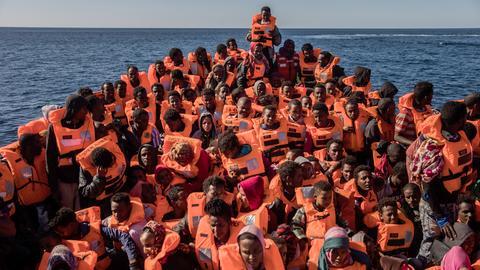 Ein Schlauchboot mit Flüchtlingen im Mittelmeer.
