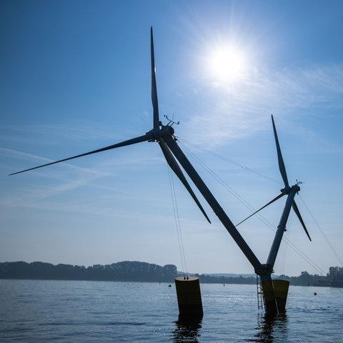 Monteure verankern für Testreihen das Modell einer Anlage mit schwimmende Windräder im Greifswalder Bodden.