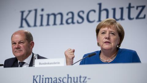 Angela Merkel und Olaf Scholz stellen das Klimaschutzprogramm 2030 vor.