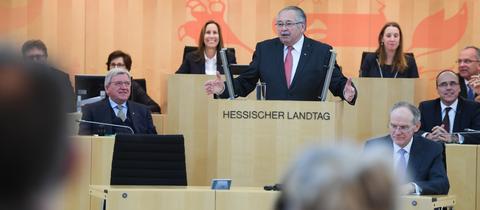 Landtagspräsident Norbert Kartmann am Rednerpult des hessischen Landtags.