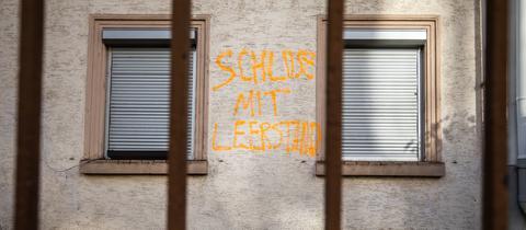 """""""Schluss mit Leerstand"""" steht auf der Wand eines leer stehenden Hauses im Frankfurter Nordend"""