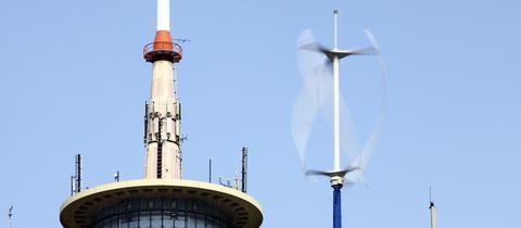Ein Mini-Windrad auf dem Dach des ETEC-Gebäudes, eine Testanlage der RWE-Tochter RWE-Innogy