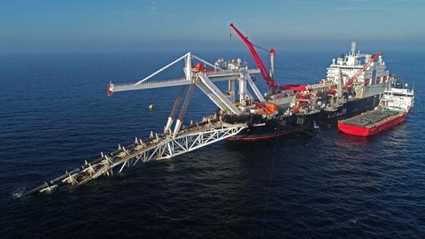 Ein Verlegeschiff verlegt in der Ostsee Rohre für die Gaspipeline Nord Stream 2