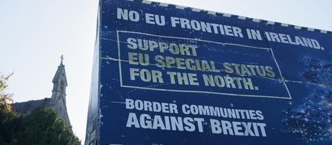 An der Grenze zu Nordirland steht ein Protestplakat gegen eine Grenze zu Irland.