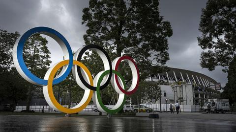 Ein Ornament der Olympischen Ringe vor dem Nationalstadion in Tokio