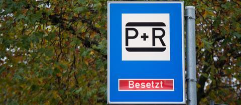 """Auf der Anzeige einer Park-and-Ride-Anlege wird das Wort """"Besetzt"""" angezeigt."""