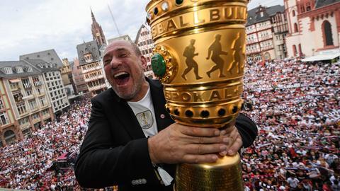 Eintracht-Präsident Peter Fischer auf dem Römer-Balkon