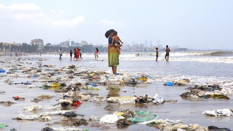Plastikmüll an einem indischen Strand.