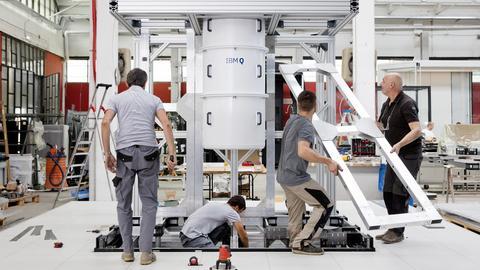 In Mailand wird der Rahmen für einene Quantencomputer gebaut.