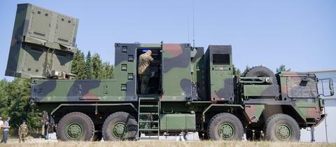 Ein Artillerieortungsradar Cobra steht in der Alb-Kaserne