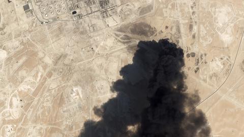 Satellitenbilder zeigen schwarzen Rauch, der aus einer Öl-Raffinerie aufsteigt.