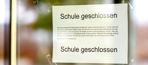 Ein Schild weist darauf hin, dass eine Schule geschlossen ist.