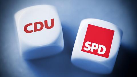 """Zwei Würfel, auf einem steht """"CDU"""", auf dem anderen """"SPD""""."""