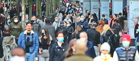 """Menschenmassen auf der Frankfurter Einkaufsmeile """"Zeil"""""""