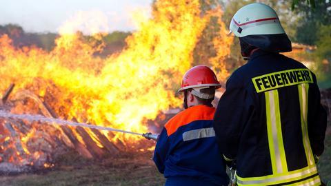 Freiwillige Feuerwehr beim Löschen eines Brandes
