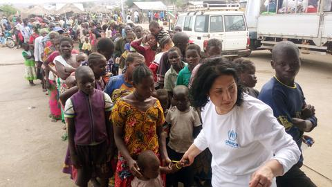 Flüchtlinge aus dem Kongo stehen in einer Warteschlange in Uganda