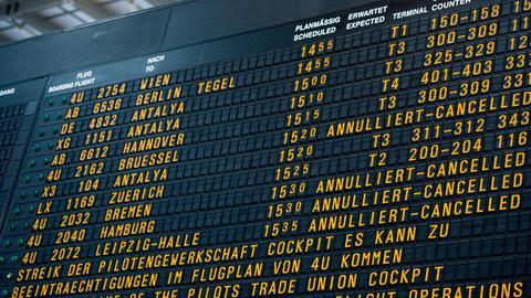 Tafel mit Flugausfällen am Stuttgarter Flughafen