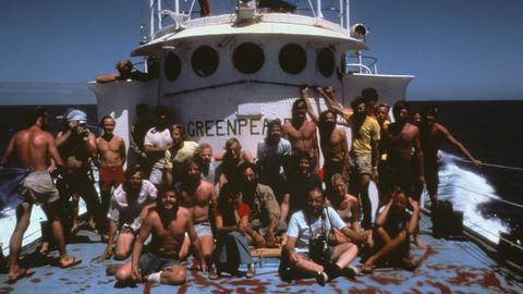 Die Greenpeace-Besatzung an Bord der SV Phyllis Cormack während der Amchitka-Kampagne im Jahr 1971. Dies ist ein fotografischer Bericht von Robert Keziere über die allererste Greenpeace-Reise, die am 15. September 1971 von Vancouver aus startete. Ziel der Reise war es, Atomtests auf der Insel Amchitka zu verhindern.