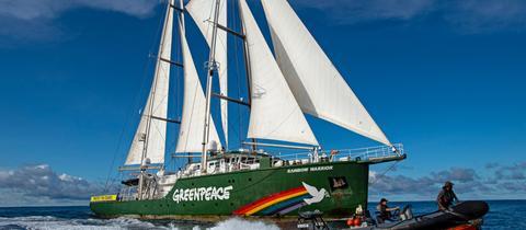 """Das Greenpeace-Schiff Rainbow Warrior ist im Pazifik unterwegs, um gegen den Tiefseebergbau zu protestieren. Es ist Teil der laufenden Kampagne """"Schützt die Ozeane""""."""
