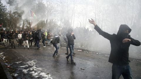Die griechische Polizei setzt Wasserwerfer gegen Migranten im türkisch-griechischen Grenzgebiet ein.