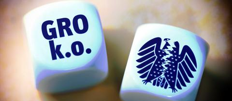"""Würfel mit der Aufschrift """"Gro"""" und """"k.o.""""."""