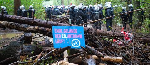 """Barrikade von Protestierenden im Hambacher Forst mit der Aufschrift """"Ende Gelände - der CO2-Countdown läuft"""""""