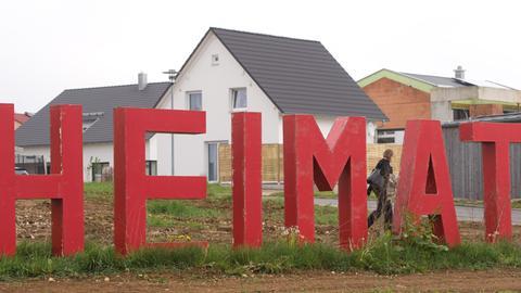 """Rote """"Heimat""""-Buchstaben in Schwäbisch Gmünd"""